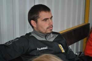 Dawid Kołodziejczyk z ławki rezerwowych spokojnie ogląda przebieg meczu w Gamowie