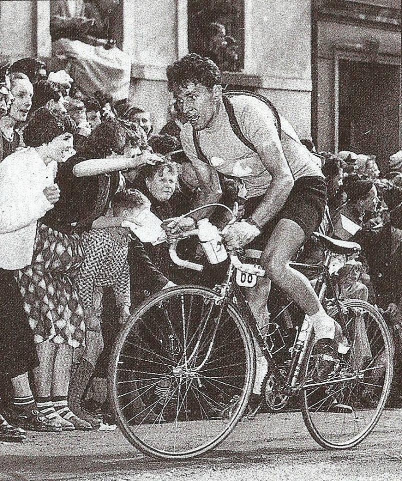 """Grzegorz Chwiendacz na trasie Wyścigu Pokoju w 1956 roku (fot. """"Złota księga kolarstwa polskiego"""" Bogdana Tuszyńskiego)"""
